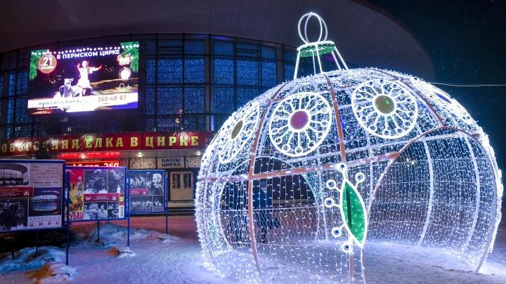 В Мотовилихинском районе появились ель и «Светящийся шар»: как украшают новогодний маршрут
