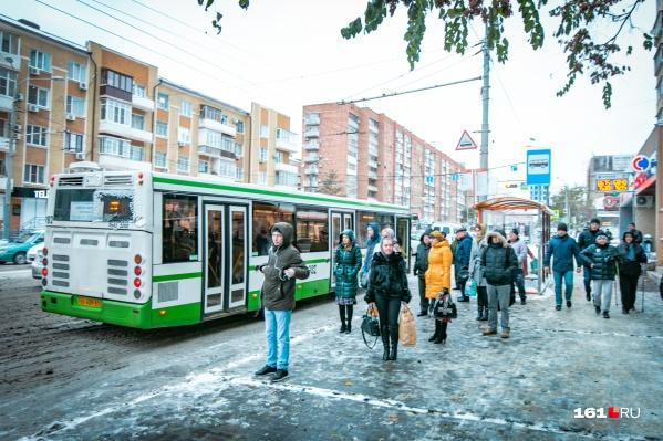 Ростовчане подолгу стоят на остановках в ожидании нужного транспорта