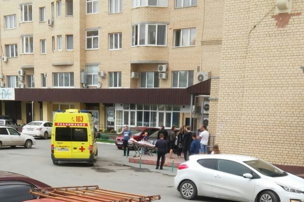 По словам свидетелей инцидента, мальчик сначала повис на балконе, а потом упал
