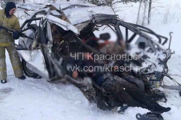 Таксист вёз людей в Красноярск и вылетел на встречку под КАМАЗ