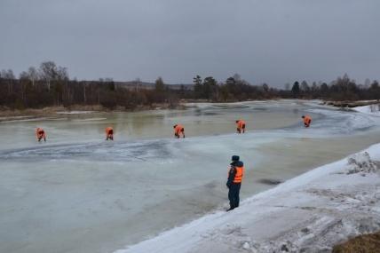 Спасатели сняли с дрейфующей льдины 8 человек