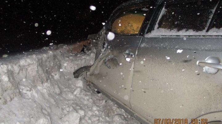 Девушка за рулём «Ниссана»столкнулась с грузовиком и влетела в сугроб под Новосибирском