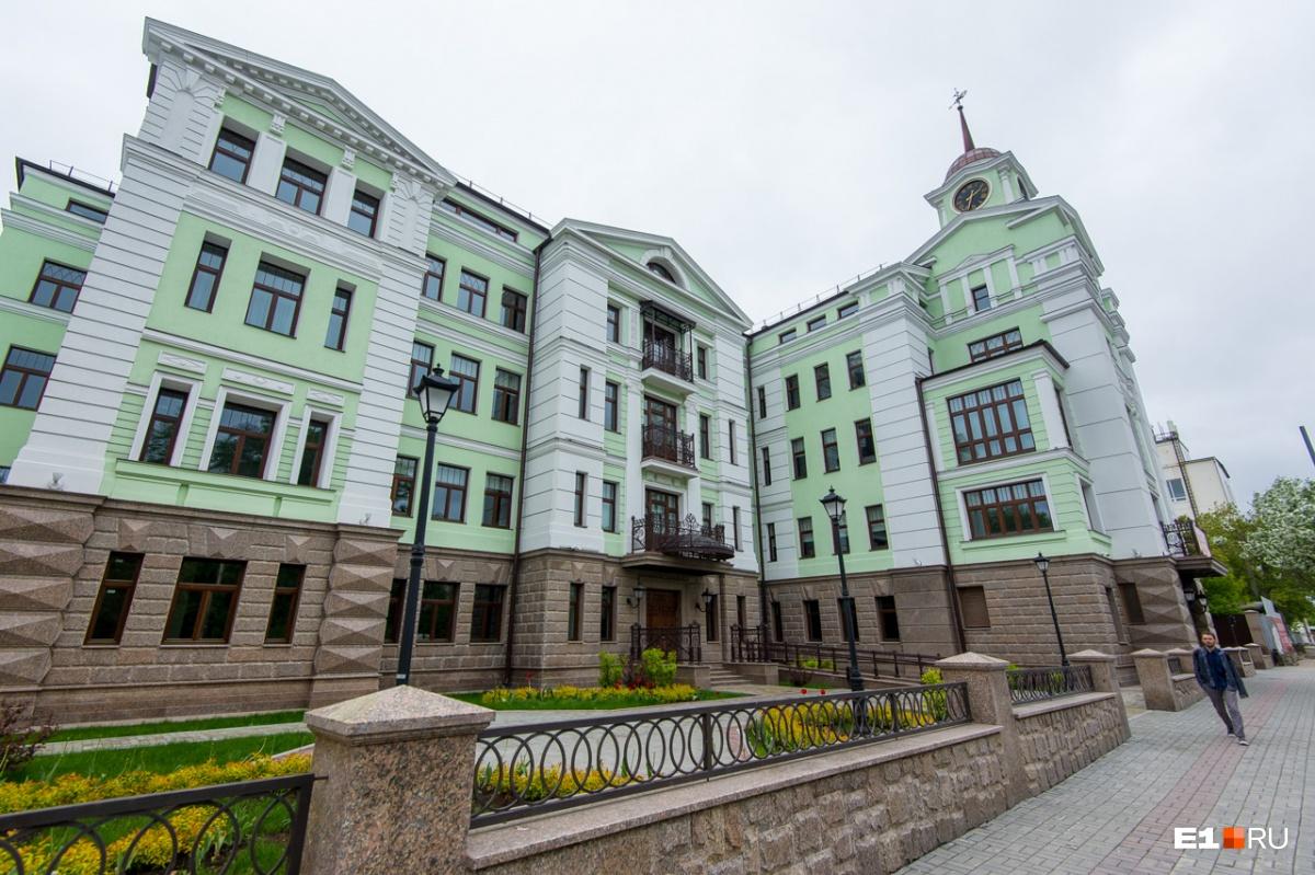 Офисник на Чапаева построили недавно, но выглядит он как обновлённое старинное здание