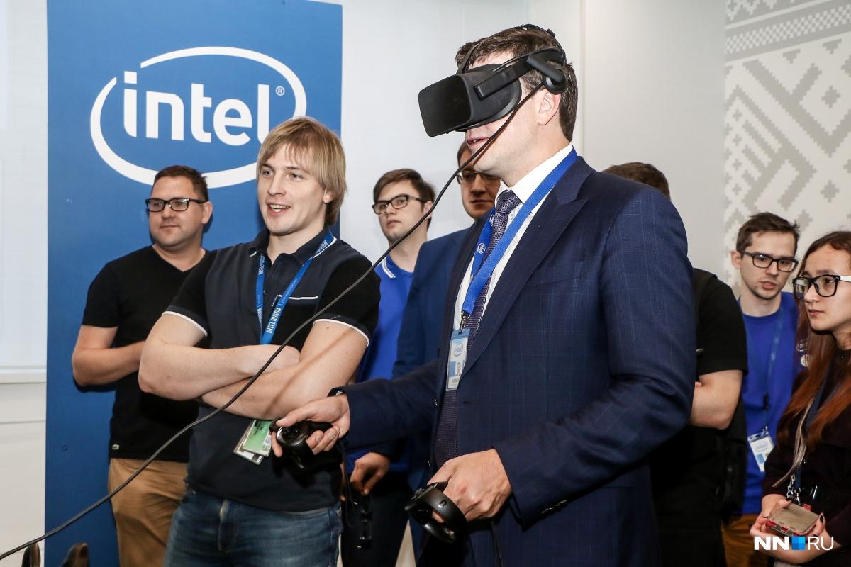 Губернатор протестировал игровые возможности современного оборудования