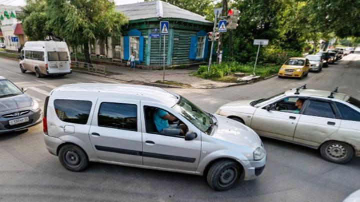 В следующем году на трёх улицах Омска запретят поворот налево