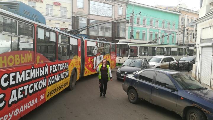 Парализовал движение транспорта: разъярённые пассажиры сдвинули машину автохама руками