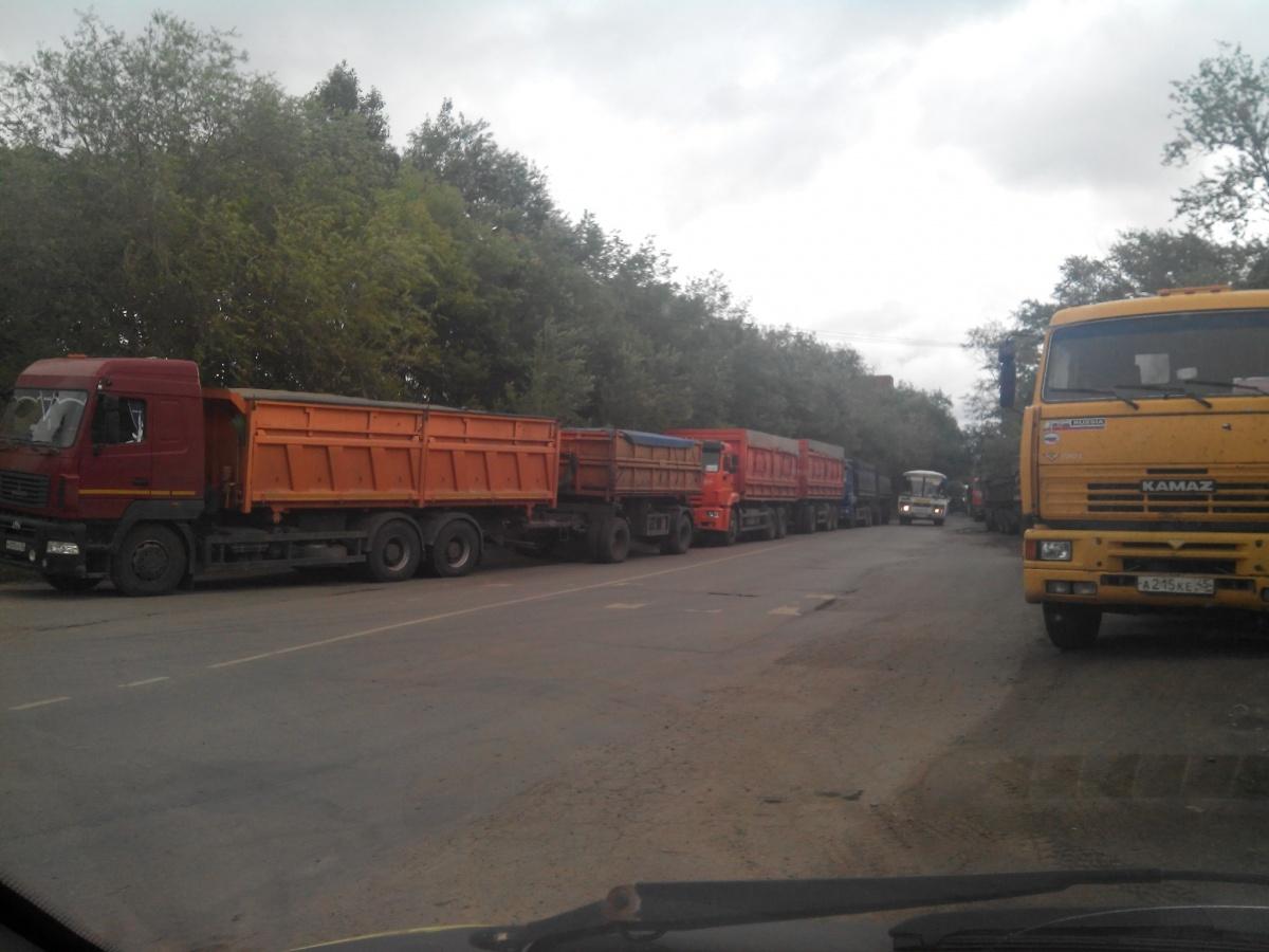 Автомобилисты, объезжая грузовые «хвосты», вынуждены нарушать