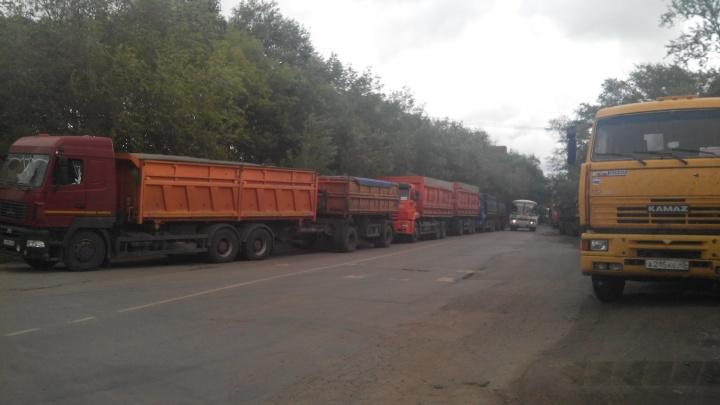 «Объезжать опасно, приходится нарушать»: зерновозы перекрыли дорогу жителям челябинского посёлка