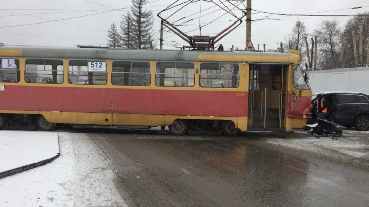 Дорожное видео недели: дуэль трамвая и внедорожника, странное лобовое в Солнечном и штраф для губернатора