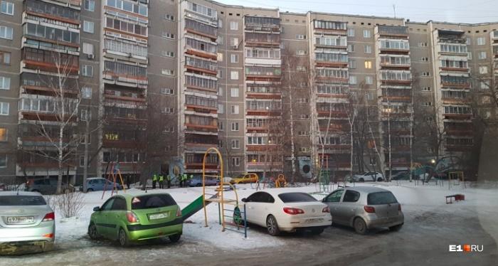 Во многих дворах детские площадки превратились в парковки