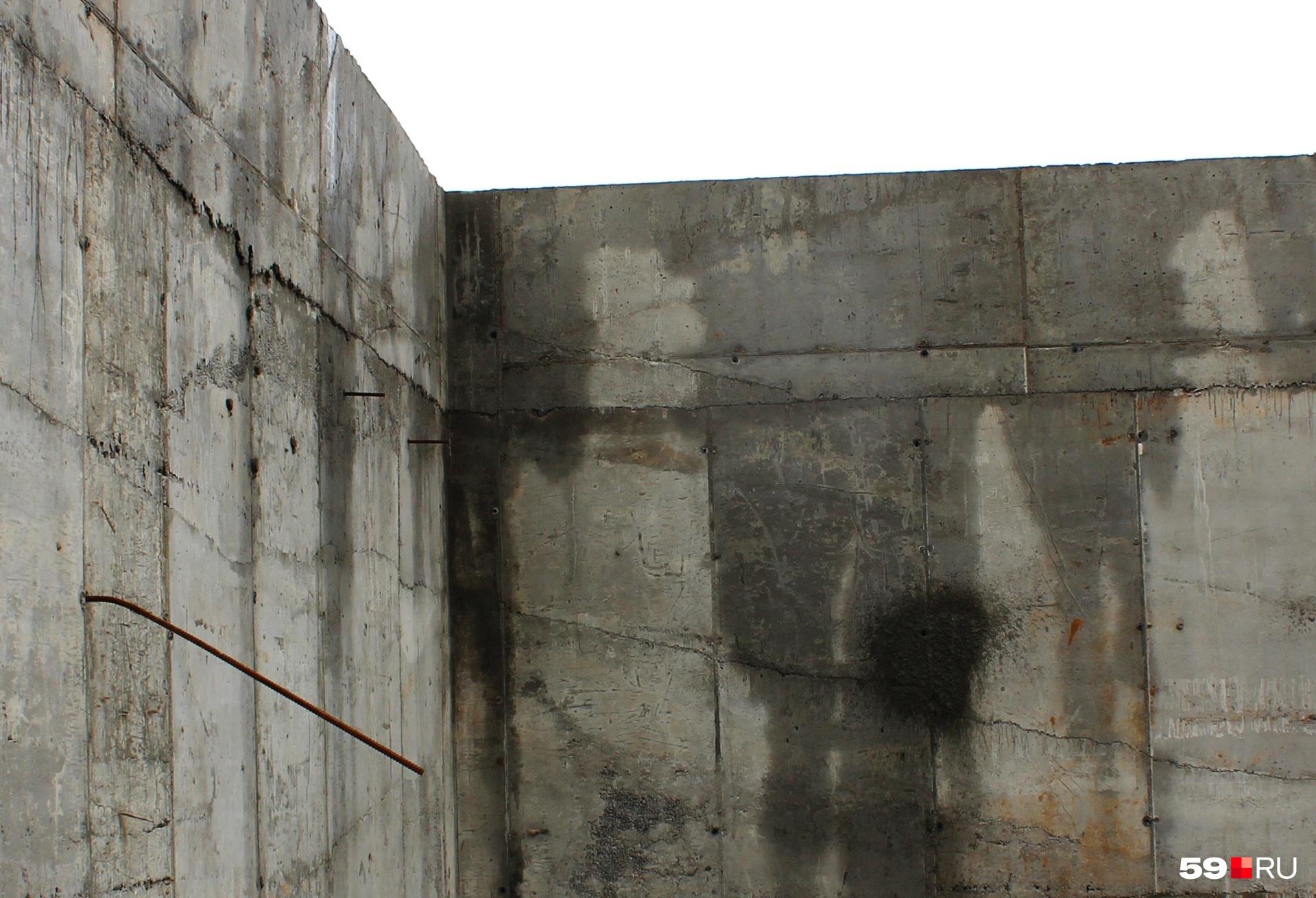 На стенах видны трещины