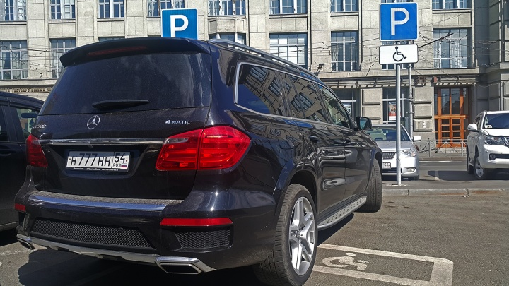 «Я паркуюсь как чудак»: чёрный «Мерс» Н777НН — разогнал инвалидов на площади Ленина