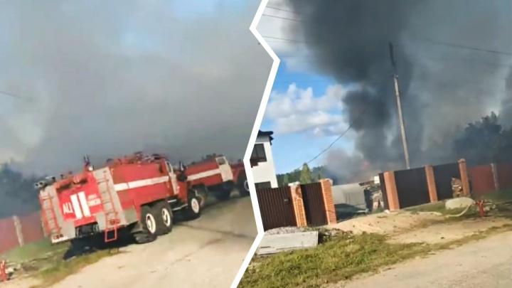 Два частных дома и гараж дотла сгорели в тюменском селе. Один человек в больнице