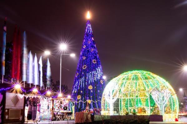 Эта елка — искусственная, она обошлась бюджету в 1,4 миллиона рублей