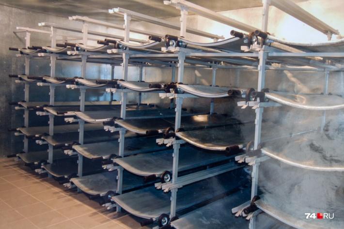 В крематории свой морг кассетного типа, по словам сотрудников, в Челябинске такого хранения тел в ячейках больше нет нигде