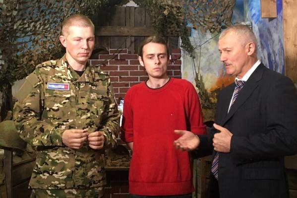 Поисковик Андрей Белов передал смертный медальон прадеда Георгию Логутенко