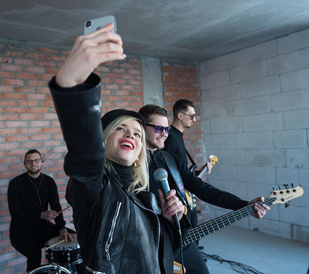 «Хожу со своей музыкальной группой»: жительница Челябинска Ксения Нагаева проверила шумоизоляцию новостройки весьма необычным способом. На фото Ксения делает селфи с музыкантами