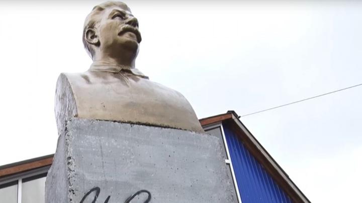 «Стал мне кумиром, когда учил историю с ребенком»: житель Ачинска установил во двор памятник Сталину