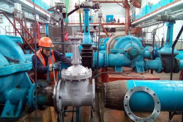 Рабочие отремонтируют еще один водозабор