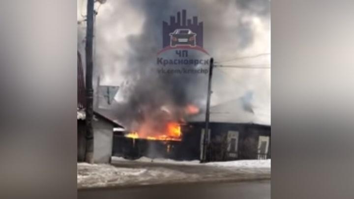 Пожарные вынесли пожилого мужчину из горящего дома в Покровке