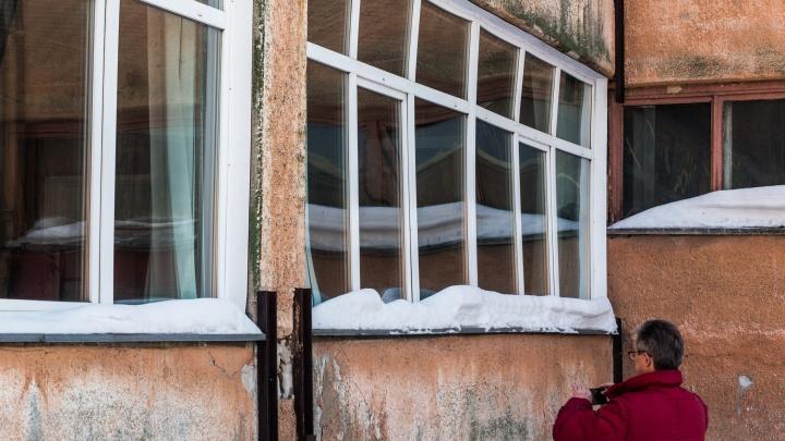 Новосибирский лицей отменил уроки в кабинете с гнутыми окнами