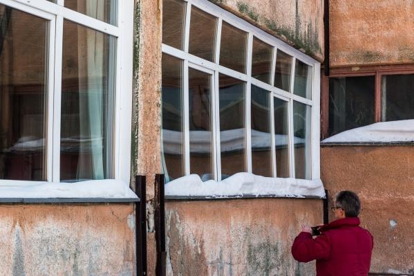 Руководство лицея решило временно законсервировать кабинет биологии, в котором прогнулось окно