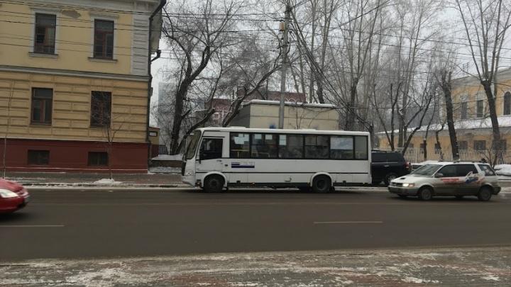 По Красноярску пассажиров возил автобус с отваливающимся окном