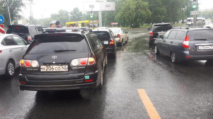 Рядом с площадью Энергетиков собрался «паровозик» из автомобилей