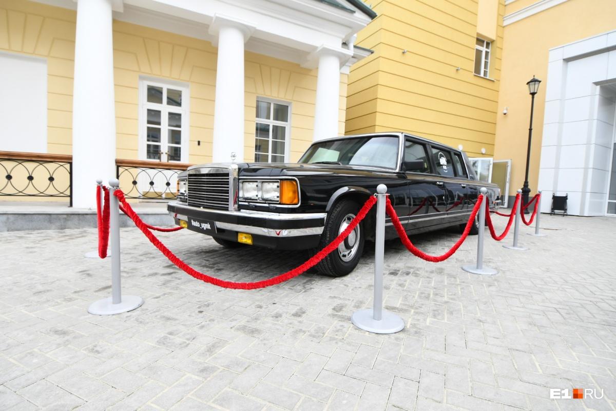 У входа в главное здание— вот такая машина, часть экспозиции выставки про ЗИЛ