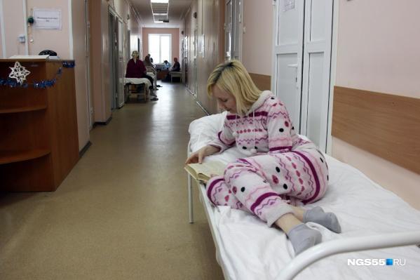 Омичка Юлия лечится в коридоре пульмонологии БСМП-2 третий день