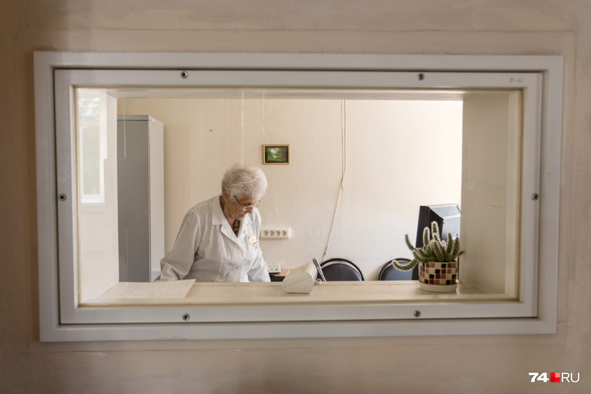 Пока мы беседовали, рентгенолог обследовала нескольких пациентов