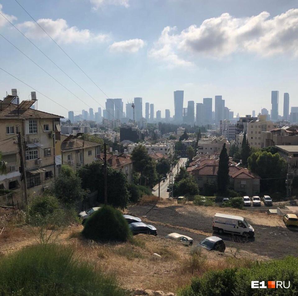 Вид на Тель-Авив изГиватаима — города, где живут Стариковы. Расстояние между городами очень небольшое