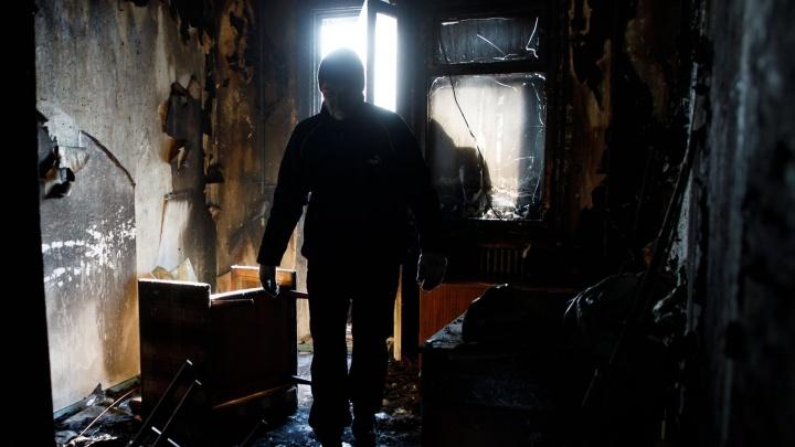 «Работали с открытым огнем»: в Волгограде из-за пожара на улице оказались 30 жителей дома