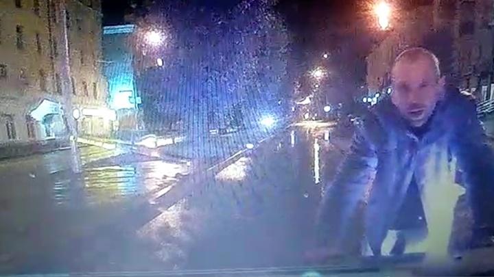 «Он специально лег под машину»: водитель Logan — о пешеходе, которому проехали по голове на Баумана