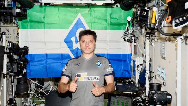 «Крылья Советов» приняли послание из космоса: Олег Кононенко сфотографировался в форме команды