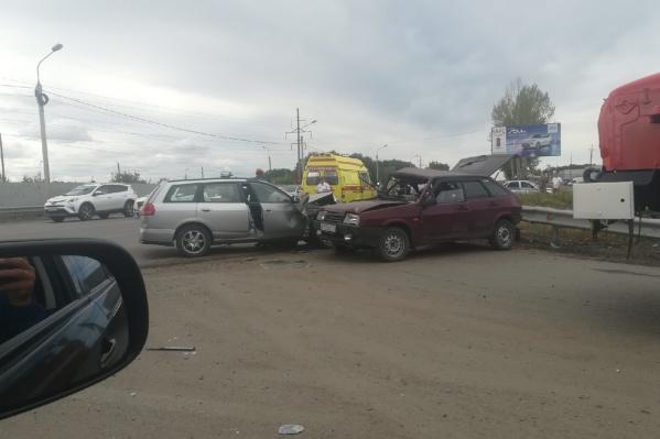 В аварии пострадали водители столкнувшихся автомобилей. Одному 21 год, другому — 66