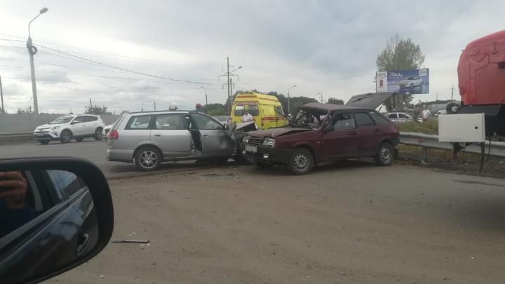 На перекрёстке Волгоградской и Дергачёва столкнулись ВАЗ и «Ниссан» — водителей увезли на скорой