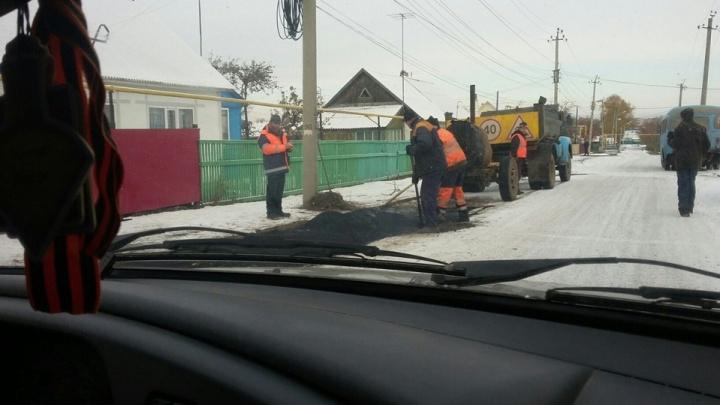 «Что мне снег, что мне зной»: в Башкирии на видео сняли укладку асфальта при -25