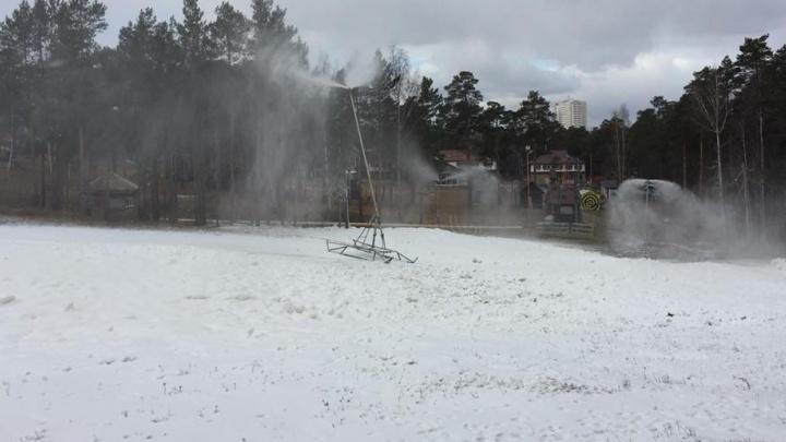 Мы нашли место, где наступила зима: на Уктусе намело сугробы снега