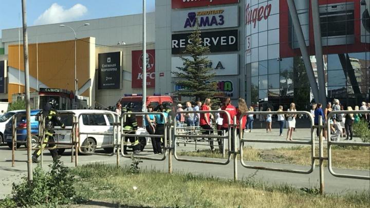 Все на выход: из крупнейшего в Челябинске ТРК эвакуировали посетителей и персонал