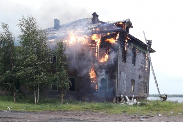 От огня особенно сильно пострадали второй этаж и кровля