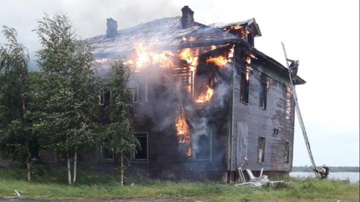 «Не в первый раз полыхает»: вечером в Соломбале горел бывший особняк купца Шмидта