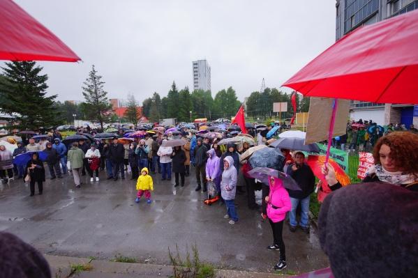 На митинг пришло около 400 жителей