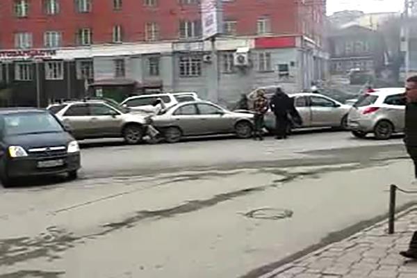 Четыре автомобиля собрались в «паровозик» на проспекте Димитрова