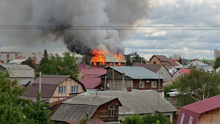 Дым видно за несколько километров: в Цыганском поселке загорелся коттедж