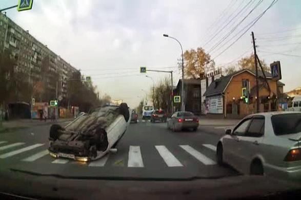Две машины не смогли разъехаться на перекрёстке Тургенева и Никитина— после удара одна из них перевернулась