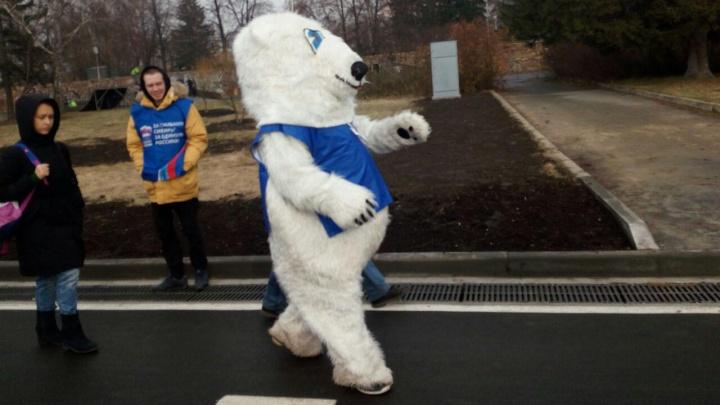 Новую набережную открыли ещё раз — теперь с медведем и замминистра Чибисом