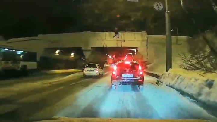 В Стерлитамаке на видео попал подросток, который висел на краю моста над проезжей частью и проводами