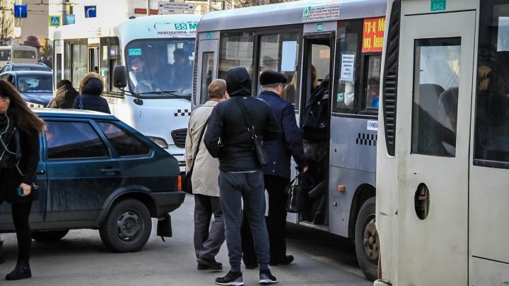 «Надо, чтобы еще на крыше ехали?»: ростовчанка жалуется на переполненные маршрутки в Суворовском