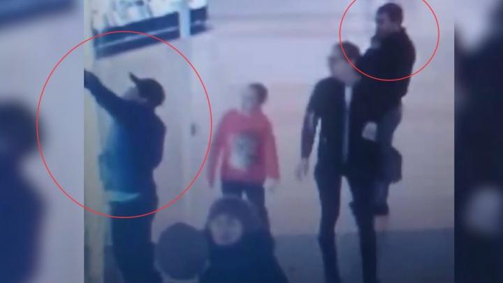 Трое кавказцев внаглую украли три айфона из салона в «Парк Хаусе»